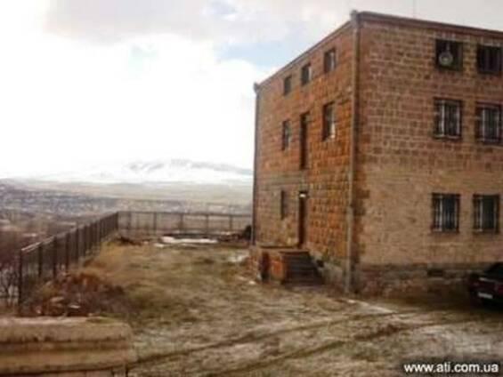 Продается 3-х этажное домовладение в поселке Каренис
